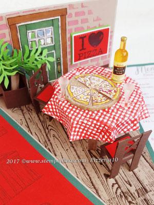 Der Tisch ist schon mit Pizza und Wein gedeckt.