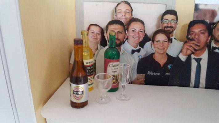 in der echten Bar stehen auch viele Flaschen auf Tischen...