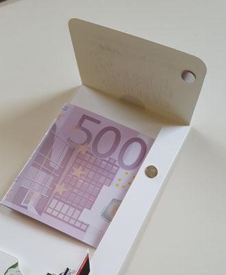 Hier wird das Geld untergebracht und alles mit Magnet ein wenig gesichert, damit nichts rausrutschen kann.