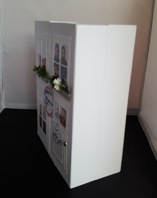 Die Größe der Box entspricht in etwa einem großen Buch. Sie kann also bequem ins Regal gestellt werden.