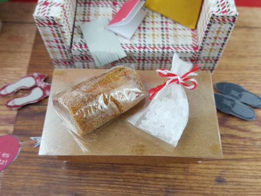 Das ist im übrigen echtes Brot! Schön fest eingewickelt und gehärtet und auch das Salz ist echt!