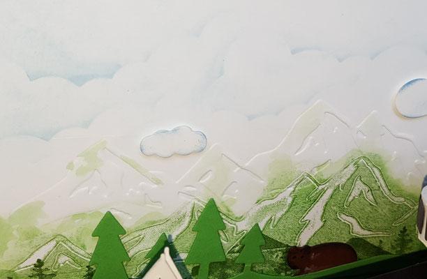 Die Rückwand habe ich geprägt und bestempelt und beklebt.  Ach und die Wolken sind gewischt... Mein Gott...:-)