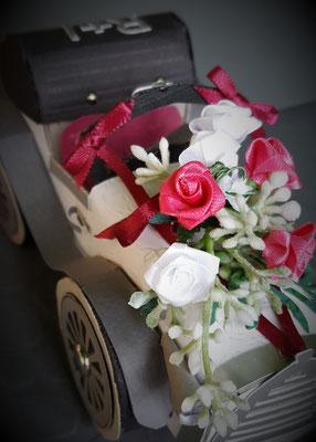 Die gekauften Stoffblumen haben mir besser gefallen als gestanzte Papierblumen.