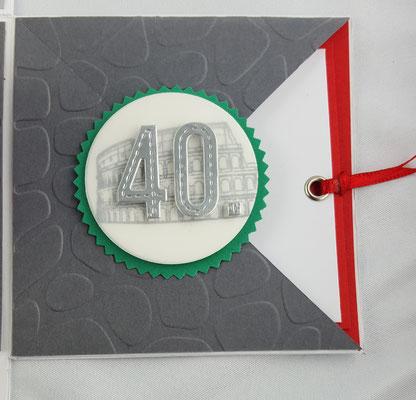 Hier habe ich die Sonnenstanze verwendet, einen Kreis aus Pergament ausgestanzt und weißen Cardstock in Anthrazit bestempelt. Die 40 ist ausgestanzt.