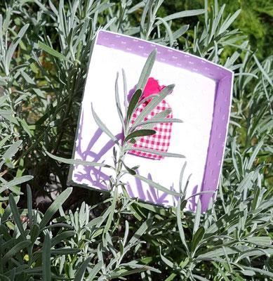 Im Deckel ist ein Lavendelkissen. Wer die Box öffnet, schnuppert erst Mal Lavendelduft.