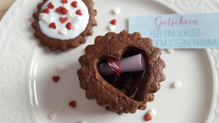 je nach Bedarf kann man den Innenraum natürlich erhöhen, in dem man mehr ausgestochene Kekse stapelt.