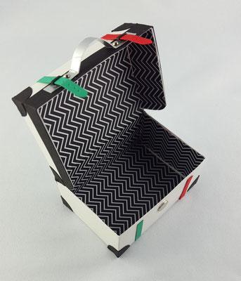 Das innere des Koffers ist mit Designerpapier aufgepeppt worden.
