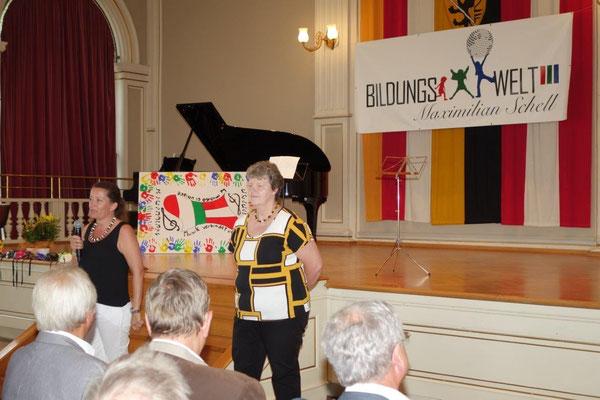 Projektleiterin Renate Rainer und Luisa Maria L`Idoro geben einen Rückblick