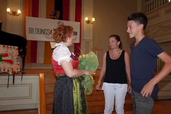 Blumen für Chorleiterin Daniela Schmid überreicht von Luisa Maria L`Idoro