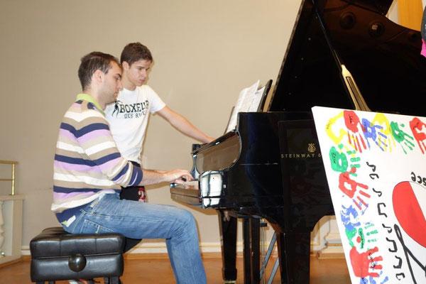 Musiklehrer aus der Beroni Schule spielt Chopin