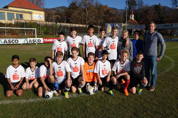 Fußball Schülerliga Mannschaft mit Coach Kapeller Gerd