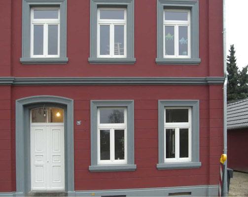 Hausfront mit Holzfenstern