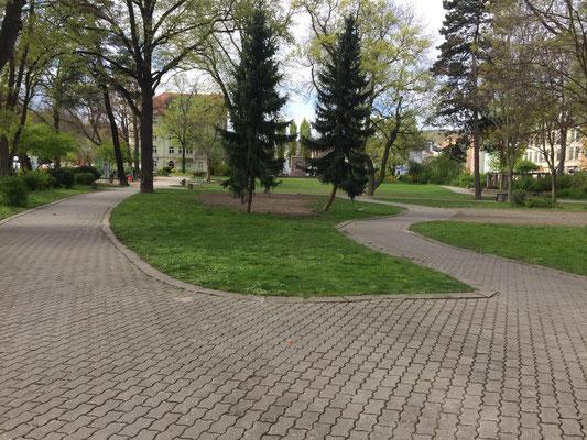 Das ist der Käthe-Kollwitz-Park. Dafür haben wir heute jede Menge Ideen gesammelt, wie der besser werden kann: Seilbahn, Drehscheibe, eine längere Feder für das Motorrad, ein Trampolin, auf dem wir mehr springen können, ein Raumschiff, Überdachungen