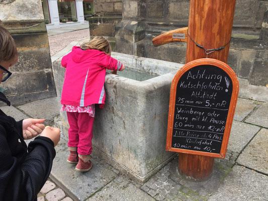 Fall nicht rein, Laura. Eine der sehr wenigen für Kinder interessanten Dinge in der Innenstadt.