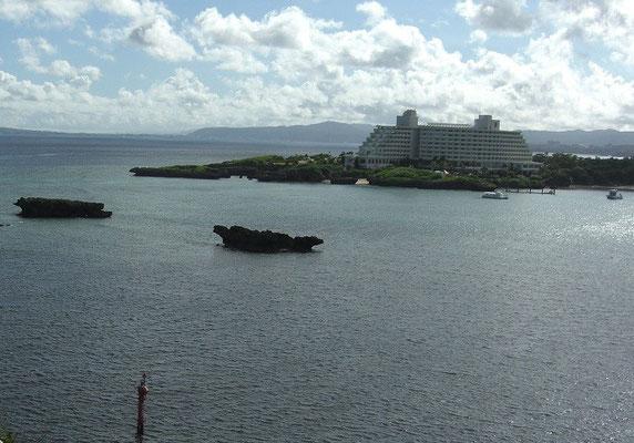 万座毛よりかつての仕事場 凪の湾内 右方向が恩納漁港