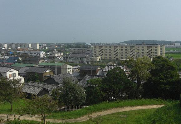 横須賀城本丸跡から見た隆起部 海だったところ