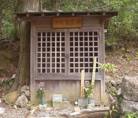 氏親の五輪塔の納まる廟