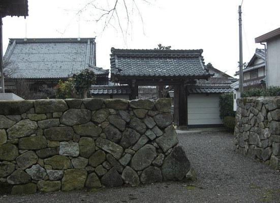山門とを囲う石垣