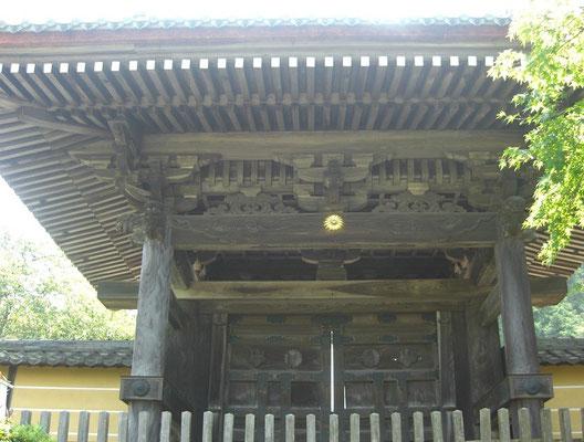 蓮華寺菊紋が光る惣門