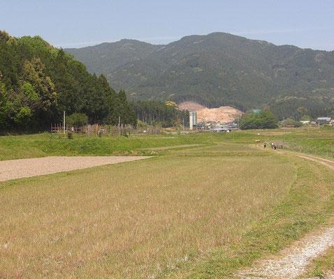 連吾川を中心にある設楽原 両脇の丘に対峙 馬防柵レプリカが見える