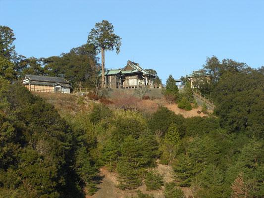 谷を隔てて小笠神社を望む この左側の大きな尾根が砦の遺構