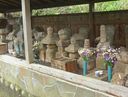 横地一族の墓石1