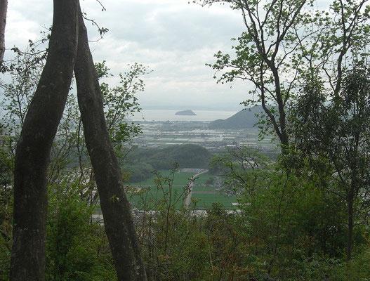 西の尾根から見た竹生島