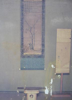 復元された書院にかかる腸を投げつけた掛軸 脇差