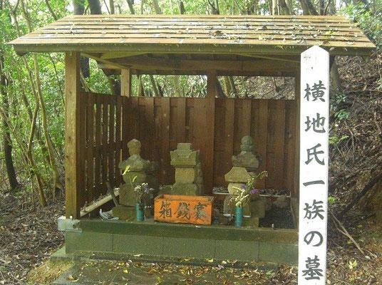 横地一族の墓石2