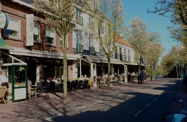 Die Hauptstraße mit den vielen Cafés