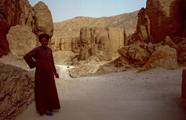 Im Tal der Affen im Hintergrund der Eingang zum Grab des Eje