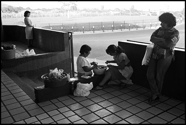 devant un super-marché Santa Tecla janvier 1992