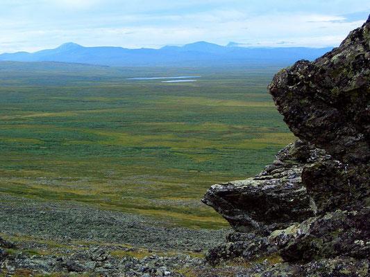 Вид со склона Константинова Камня на хребет Нгысыхынырд, Полярный Урал.