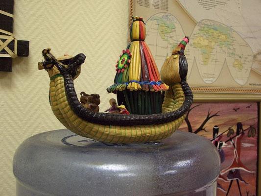 """Офис """"Исследовательские Экспедиции"""". Сувенир, лодка из тростника-тотора, Перу"""
