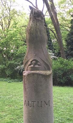 Eine schöne Idee den berühmten Ornithologen Bernhard Theodor Altum, nicht mit einer Büste sondern mit einem Uhu zu ehren - auch Kunst!