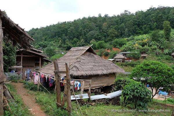 Sie leben in einfachen Hütten ...