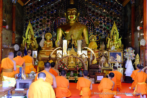 Mönche beim Gebet im Wat Phra That Doi Suthep