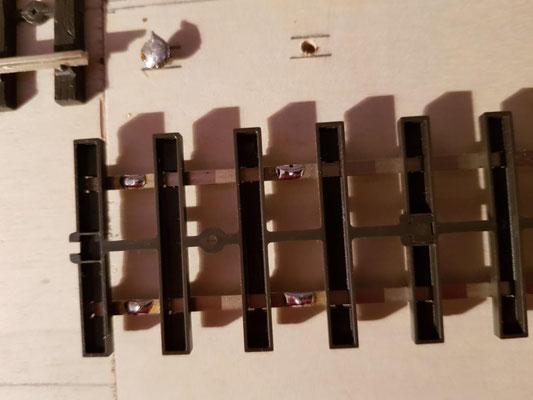 Gleisunterseite verzinnt. Vorne zum Anlöten an die eingebrachten Schrauben, hinten zum Anlöten der Kabel für den Fahrstrom