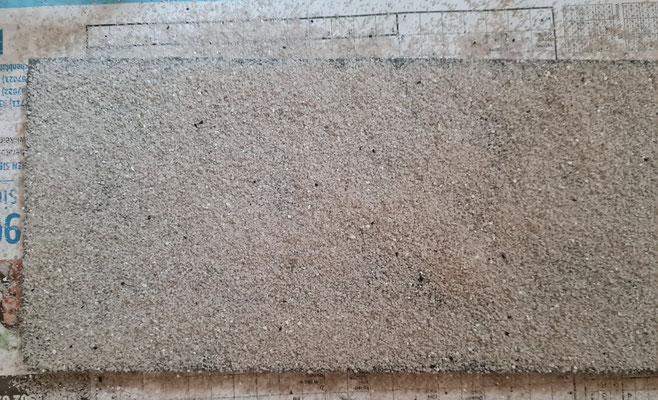 Fertiger Auftrag des Sands zur Wandgestaltung