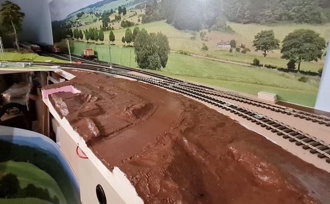 Der erdige Farbauftrag ist erfolgt und noch nass