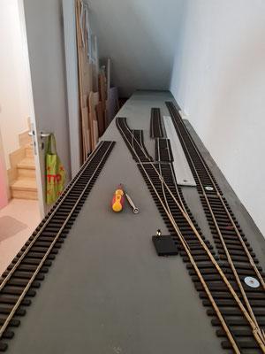 Erste Gleise und Weichen sind gelegt