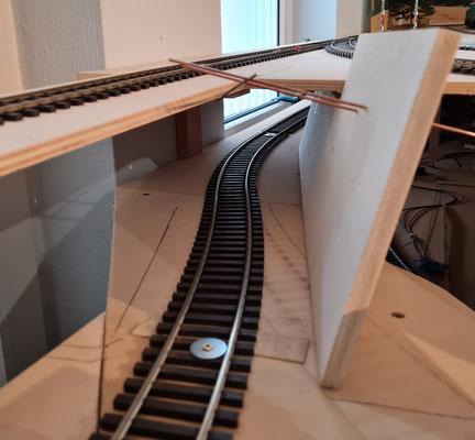 Seitenwand Tunndel rechts mit Drahrt zur Aufnahme der Oberleitung