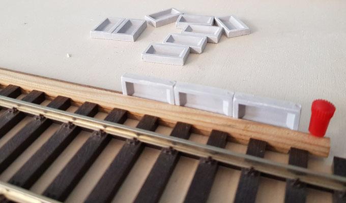Erste Bahnsteigkanten sind fixiert und aufgeklebt
