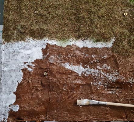 Der braun behandelten Gipsbinden werden mit Weißleim eingestrichen