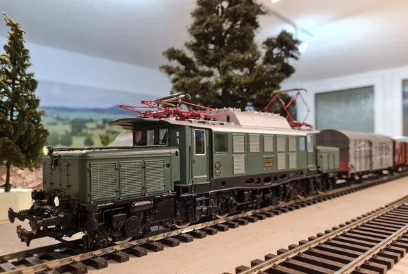 BR E94 192 vor einem Güterzug - Ansicht 1