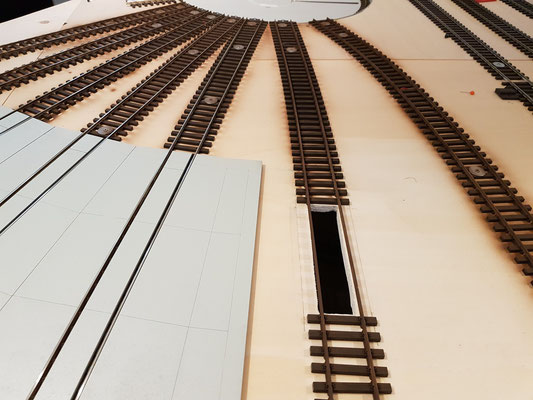 Gleise vor dem Lokschuppen farblich behandelt