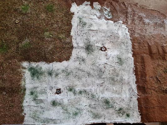 Weitere Ansicht mit etwas aufgeträufeltem Sand und erstes Grün