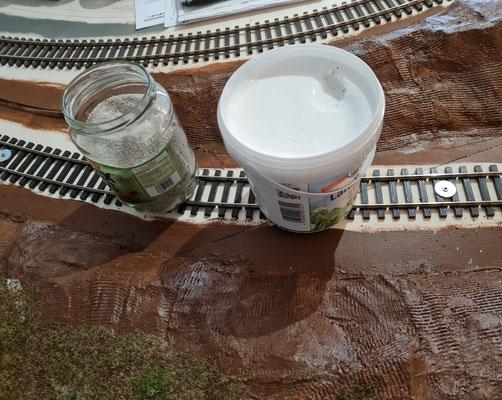 Das Grundmaterial: Eine Dose Weißleim und ein Glas Sand
