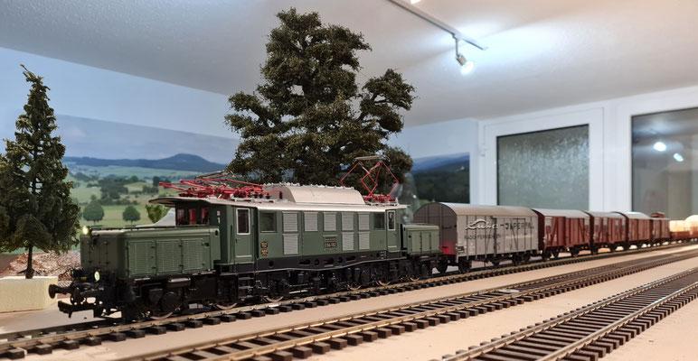 BR E94 192 vor einem Güterzug - Ansicht 2