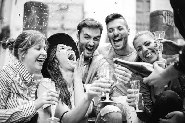 Lachen ; Lustig ; Freunde ; Sekt ; gute Laune ; Spaß haben ; schwarz weiß ; ein schöner Tag